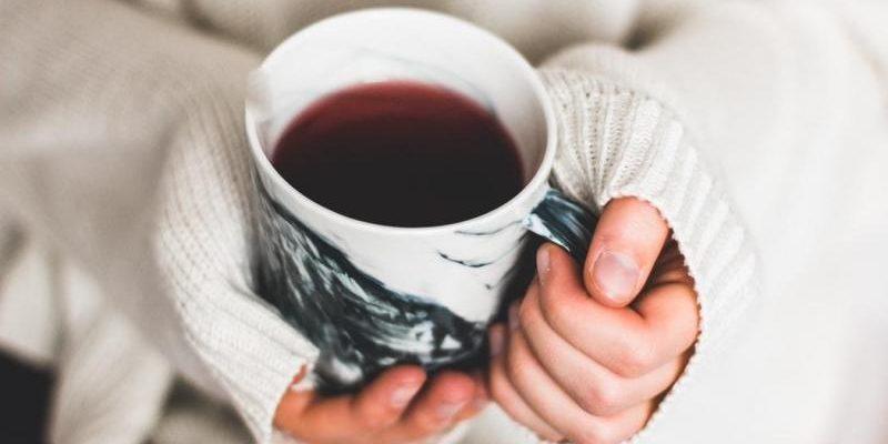 Topla postelja, dišeče sveče in skodelica čaja: Kako ohraniti zdravje v zimskih mesecih?